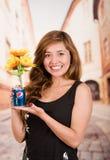 基多,厄瓜多尔- 2017年5月06日:相当拿着百事可乐用向日葵的少妇里面在被弄脏的城市背景中 免版税库存照片