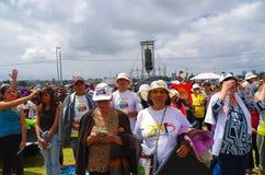 基多,厄瓜多尔- 2015年7月7日:祈祷在教皇的未认出的人民集合事件,有帽子的人在太阳下 免版税库存照片