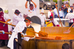 基多,厄瓜多尔- 2017年3月5日:称12 760磅的最大的locro汤准备和的Locro费斯特,事件 免版税库存图片