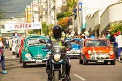 基多,厄瓜多尔- 2017年5月06日:赛跑在都市路的一个未认出的人一辆摩托车在城市里面街道  图库摄影