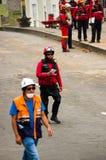基多,厄瓜多尔- 2016年12月09日:走在街道的一个未认出的小组愉快的消防队员` s队 免版税库存照片