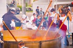 基多,厄瓜多尔- 2017年3月5日:Locro费斯特事件,其中大约250个志愿者聚会准备最大的locro 库存图片