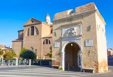 基奥贾、圣塔玛丽亚镇门和教会 库存照片