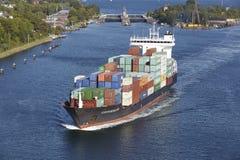 基尔-在基尔运河的集装箱船在锁Holtenau附近 免版税图库摄影