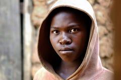 基布耶/卢旺达- 08/25/2016:非洲女孩剧烈的神色在卢旺达 免版税库存图片