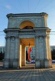 基希纳乌,摩尔多瓦, 2014年6月10日,步行在城市附近,胜利曲拱的看法在全国Assem的正方形的 免版税库存照片