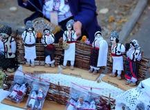 基希纳乌,摩尔多瓦, 10 14 2014年,在民间样式的软的玩具在节日市的待售基希纳乌 图库摄影