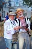 基希纳乌,摩尔多瓦, 10 14 2014年,年长加上在他们的面孔的微笑,穿戴在民间服装,一个假日在Ch城市 免版税图库摄影