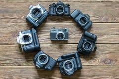 基希纳乌,摩尔多瓦- 2018年3月14共和国日:佳能照相机不同的模型在圈子安排了 木背景 免版税库存图片