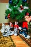 基希纳乌,摩尔多瓦- 2016年1月04共和国日:运动鞋在圣诞树的背景的超级明星公司爱迪达 免版税库存照片