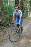 基希纳乌,摩尔多瓦- 2017年7月16共和国日:队的卡秋沙骑自行车者骑沿森林公路的一辆自行车 查看照相机 库存图片