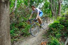 基希纳乌,摩尔多瓦- 2017年7月16共和国日:队的卡秋沙骑自行车者骑自行车 下来小山 免版税库存照片