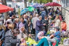 基希纳乌,摩尔多瓦- 2017年4月13日, :通过按顺序t的人们 免版税库存图片