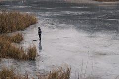 基希纳乌,摩尔多瓦- 2016年2月10日, :钓鱼在冰在基希纳乌,摩尔多瓦 免版税库存照片