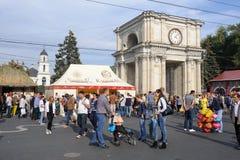 基希纳乌,摩尔多瓦- 2016年10月1共和国日:在中心广场的庆祝全国酒天资本 免版税库存图片