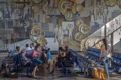 基希纳乌,摩尔多瓦- 2015年8月11日:坐在基希纳乌汽车站的候诊室的人们,等待上公共汽车 免版税库存照片