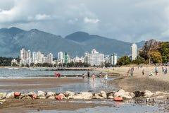 从基斯兰奴海滩的山景在温哥华,加拿大 免版税图库摄影