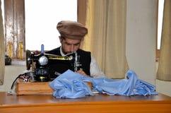 巴基斯坦人拍打塔里班成员接受修复在职业中心 库存图片