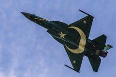 巴基斯坦空军队执行特技飞行的PAF JF-17/FC-1雷 库存图片
