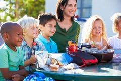 基本的吃午餐的学生和老师 库存照片