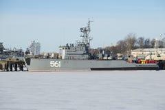 基本的扫雷艇BT-115在冬天 Kronstadt 免版税库存照片