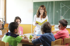 基本的教室设置。在老师和黑板的焦点。 免版税库存图片