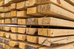 基本的木长的在前排的委员会高堆建筑材料背景自然土气焦点 免版税库存照片
