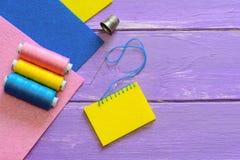 基本的毯边锁缝针迹 如何做基本的毯边锁缝针迹 感觉的羊毛或合成物质缝合为孩子 五颜六色的毛毡板料,螺纹集合 免版税库存照片