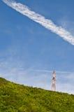 基本蓝色移动电话天空岗位电信耸立 免版税库存照片
