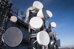 基本蓝色移动电话天空岗位电信耸立 库存图片