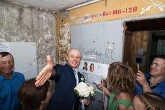 基洛夫,俄罗斯- 2018年7月27日:在新娘的赎金的乐趣的期间新郎 一部分的传统俄国婚礼 图库摄影