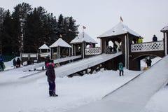 基洛夫, RUSSIA-FEBRARY 18日2018年:Maslenitsa假日,传统乐趣过山车乘驾的庆祝 免版税库存照片