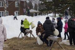 基洛夫, RUSSIA-FEBRARY 18日2018年:Maslenitsa假日,战斗与袋子的传统乐趣的庆祝 免版税库存照片