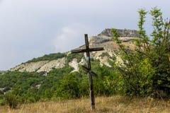基督交叉耶稣 复活节,复活概念 在背景与剧烈的照明设备,五颜六色的山的基督徒木十字架 免版税库存照片