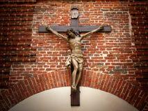 基督在十字架上钉死在一个石墙上的 免版税库存照片