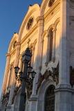 基督大教堂救主在莫斯科,俄国 在明亮的毛皮红色星期日之上日落冠上结构树冬天 库存照片