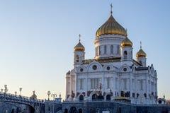 基督大教堂救主在莫斯科,俄国 在明亮的毛皮红色星期日之上日落冠上结构树冬天 免版税图库摄影