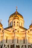 基督大教堂救主在莫斯科,俄国 在明亮的毛皮红色星期日之上日落冠上结构树冬天 免版税库存照片