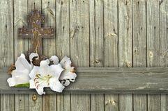 基督徒十字架和百合在木背景 免版税库存图片
