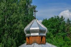 基督徒寺庙的圆顶反对蓝色夏天天空的 图库摄影