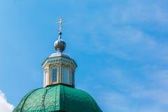 基督徒寺庙的Green Dome有一个银色十字架的反对 图库摄影