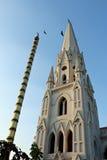 基督徒尖顶和印度旗子职员有鸟的 库存照片