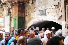 基督徒标记基督受难日在一支队伍的耶路撒冷沿通过Dolorosa 免版税库存照片