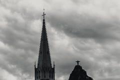 基督救世主雕象由洁净的Co的十字架支持 库存图片