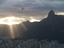 基督救世主和里约日落与直升机 免版税图库摄影