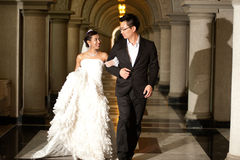 基督教会的一个美丽的新娘和英俊的新郎在婚礼期间。 库存照片