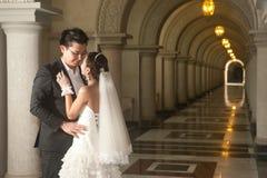 基督教会的一个美丽的新娘和英俊的新郎在婚礼期间。 免版税库存图片