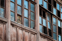 基督的面孔看残破的窗口 免版税库存照片
