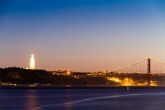 基督25 de Abril桥梁的国王雕象和看法 库存图片