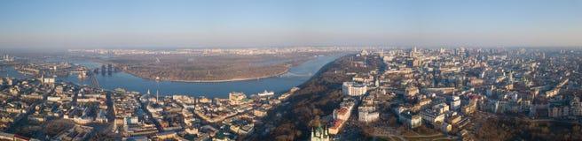 基辅、区Podol和左岸,第聂伯河全景在一个4月晴天,乌克兰 免版税库存图片